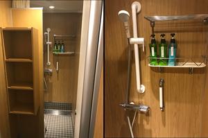 シャワールーム。ボトルは左からボディソープ、ボディソープ、リンスインシャンプー。