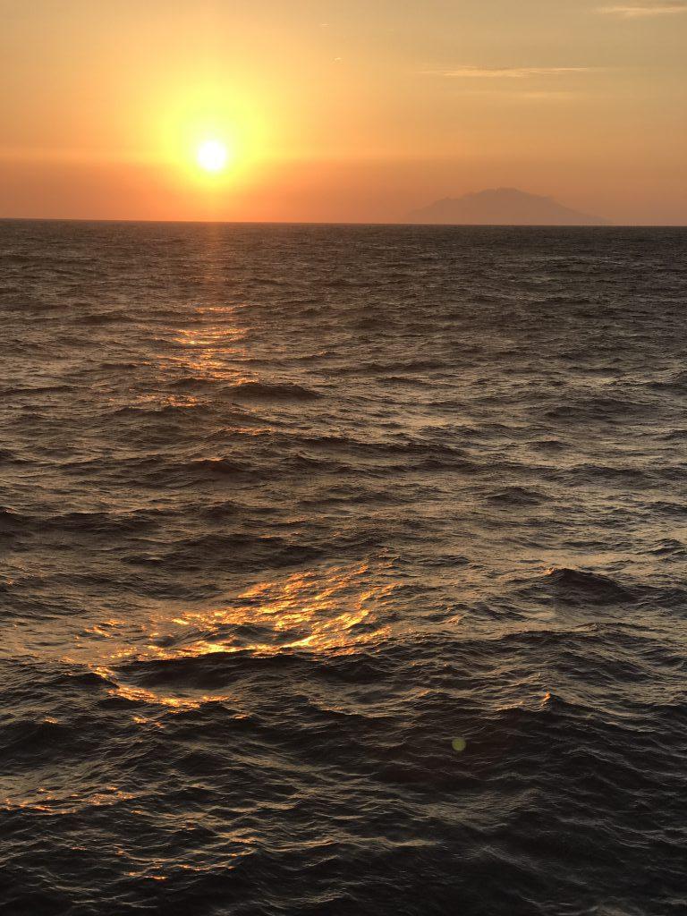 三宅島を望む夕日