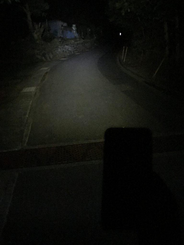 ヘッドライトで照らす夜道
